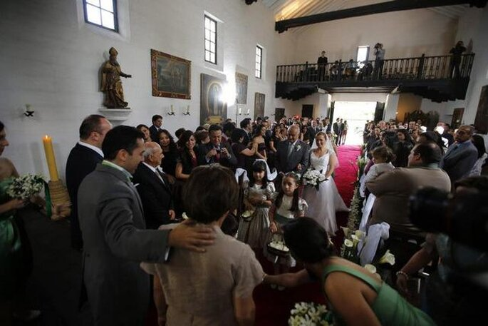 Ceremonia religiosa en la capilla de Hacienda Fagua. Foto: Artevisión Wedding Photography