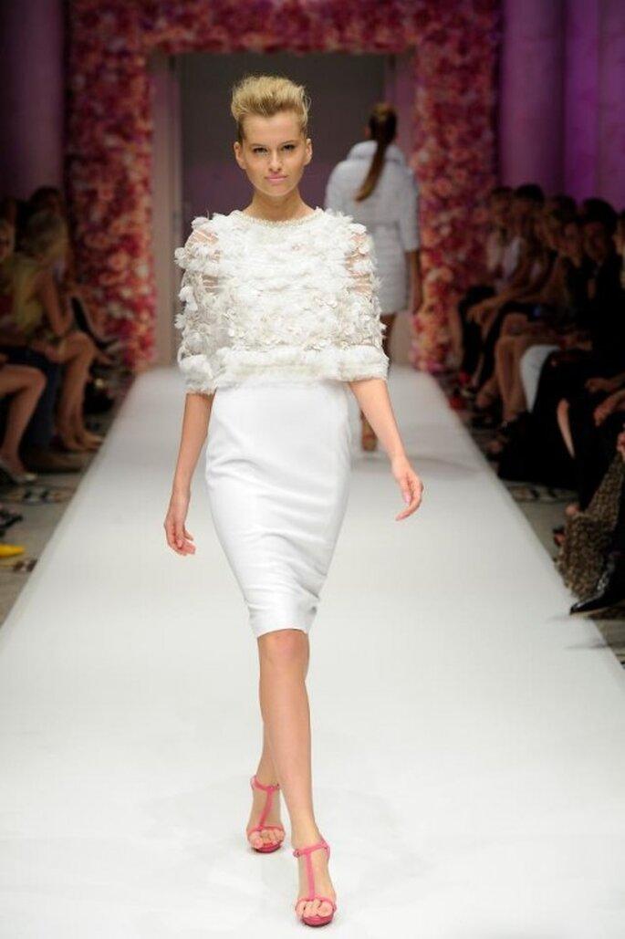 Vestido de fiesta corto en color blanco con capa en relieve - Foto Basler