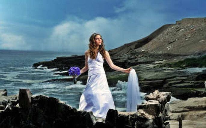Exquisito vestido para una boda en la playa con delicado ramo bouquet en lila de novias Sensuelle de Perú