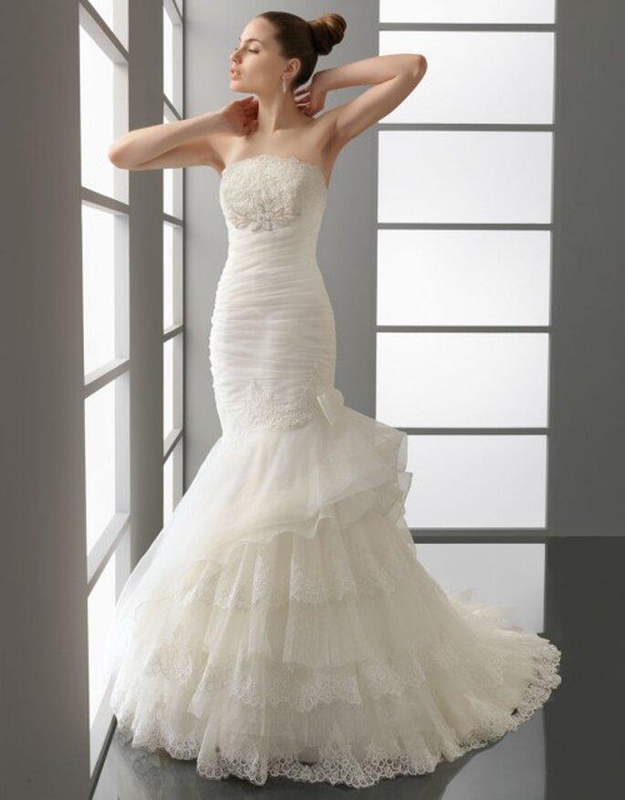Vestido de novia Aire Barcelona, con encaje en los bordes de la falda.