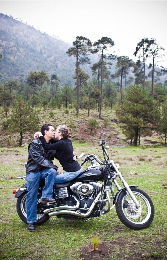 Fotografía casual preboda, temática Harley Davidson. Fotógrafo Jorge Lara