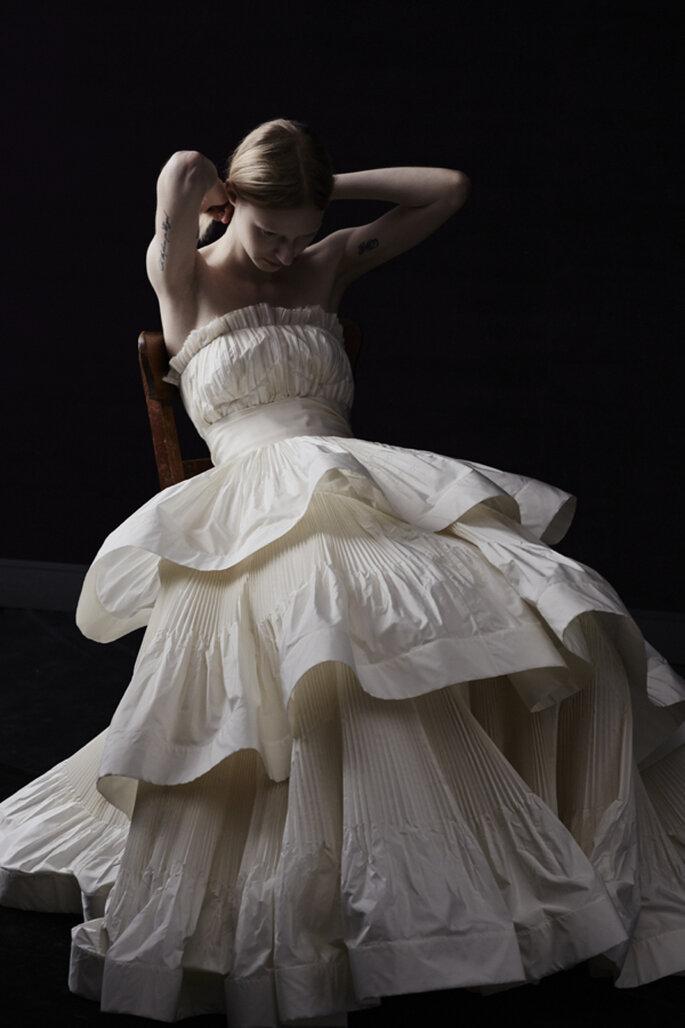 Vestido de novia colección Blanche en color ivory con escote palabra de honor, corte princesa y capeado de tela en falda - Foto Lanvin