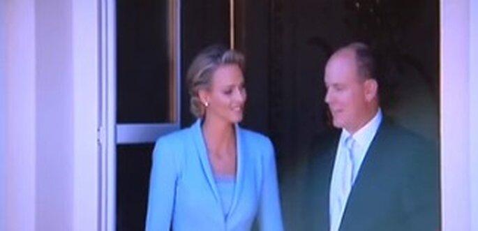 Charlene Wittstock und Fürst Albert II. von Monaco auf dem Balkon kurz vor dem Kuss.
