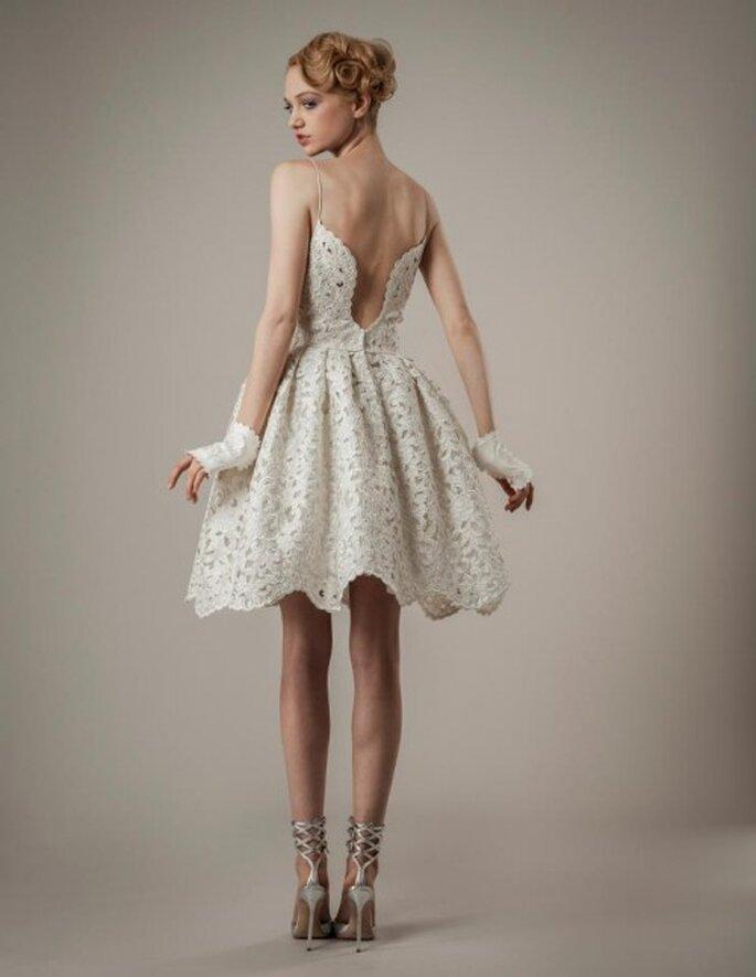 Detalle de la espalda del vestido de novia corto para boda religiosa o civil - Foto Elizabeth Fillmore