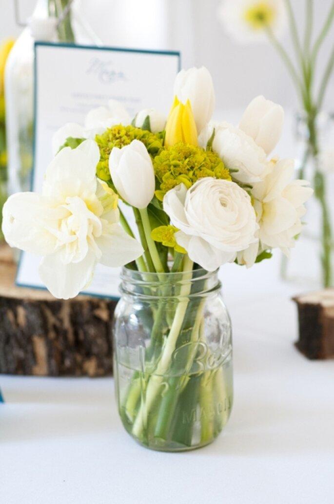 Centro de mesa para boda hecho en casa. Colores blanco y amarillo
