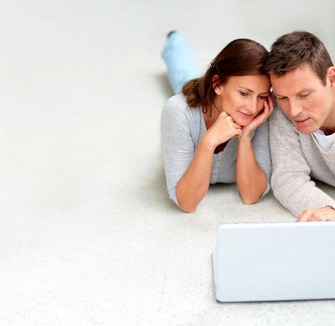 Pareja de novios organizando su web de bodas - Foto: Pixmac