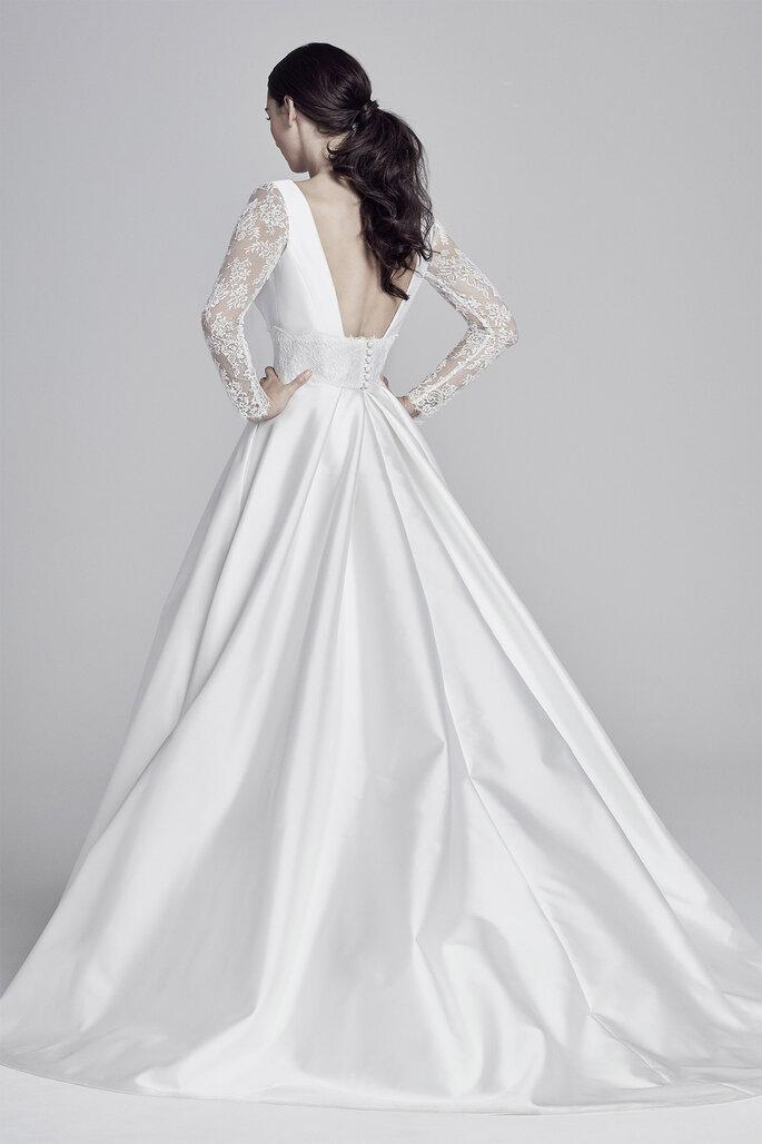 Vestido de novia con espalda descubierta corte princesa y manga de encaje