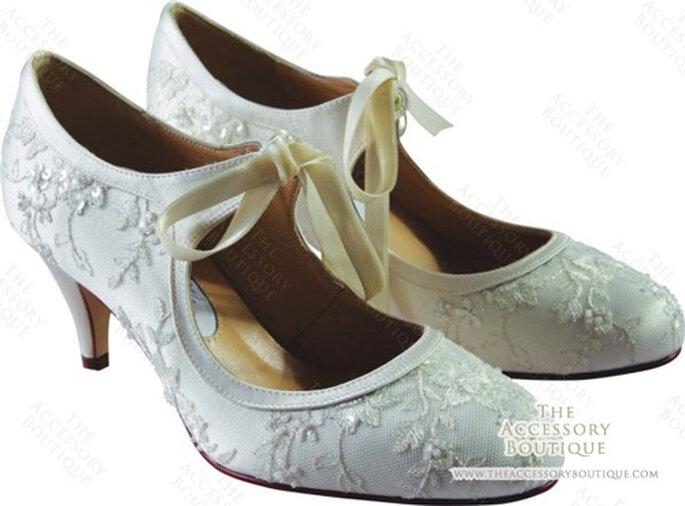 Für die romantische Braut: Riemchen Pumps von Diane Hassall.
