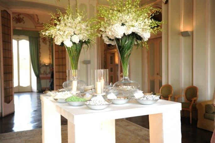 Tripudio di fiori e candele. Centrotavola davvero protagonista. Foto New Image Officina d'Immagine