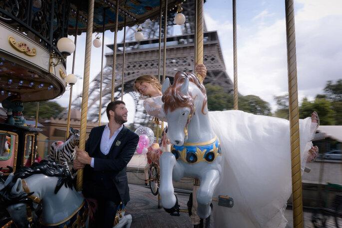 Une séance d'engagement immortalisée par un photographe de mariage - deux mariés sur un manège se sourient