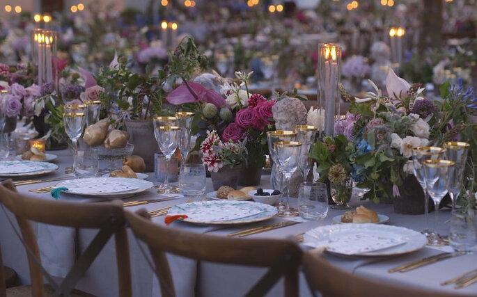 Decoración de las mesas del banquete con flores