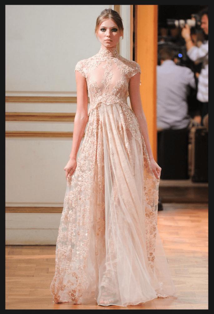 Vestido de novia alta costura en color nude con cuello cisne y mangas cortas - Foto Zuhair Murad