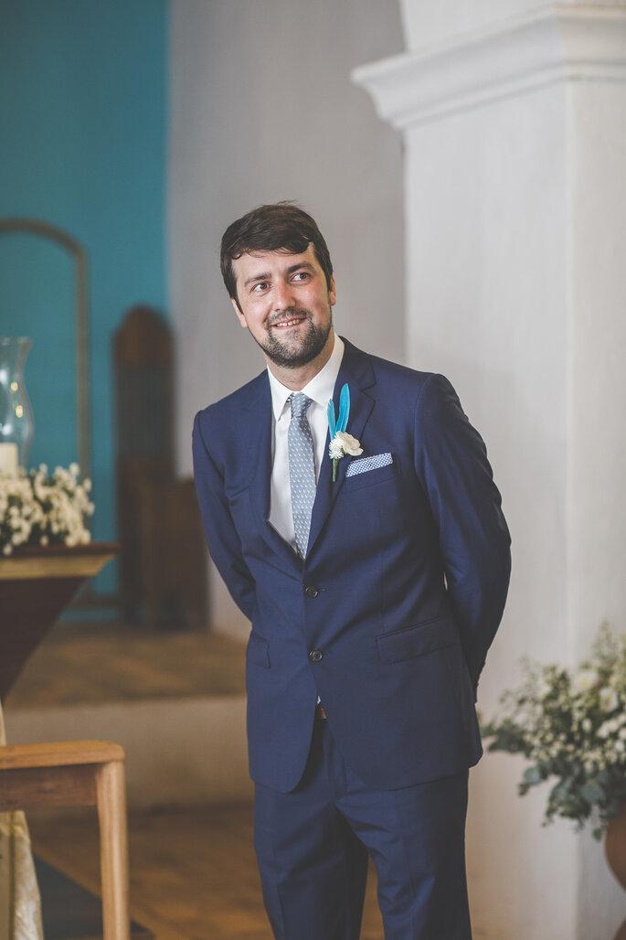 noivo esperando noiva no altar