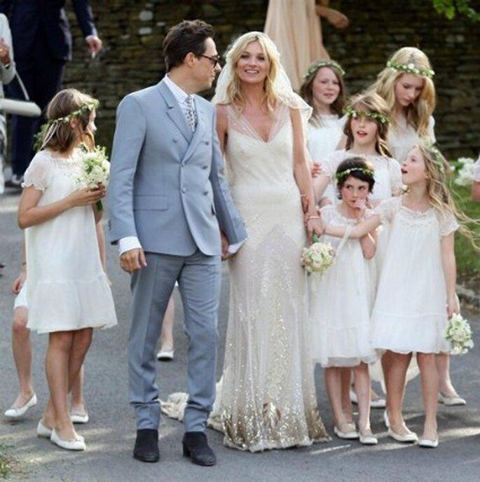 Kate y su marido con las damas de honor de la boda
