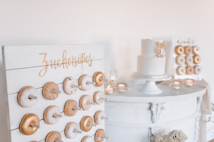 Sweet Table in weiß und Gold Donut-Wall