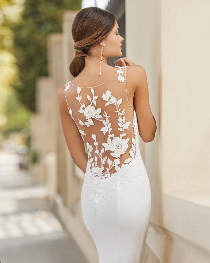 Vestido de novia con escote en la espalda tipo ilusión efecto tattoo con detalles florales