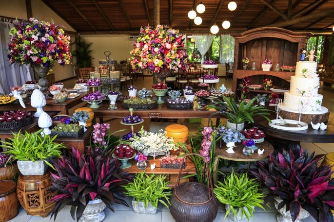 mesa de doces floral com cores variadas