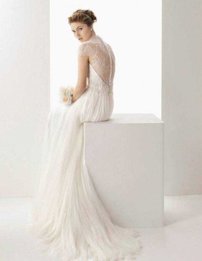 Vestido de novia 2014 en color blanco con marco en la espalda y cauda mediana - Foto Rosa Clará