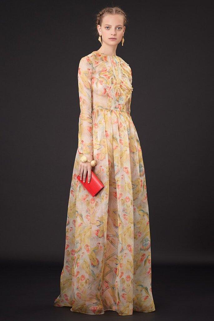 Vestido de fiesta de cortes simple con líneas sutiles, mangas largas, estampados y una hermosa falda con linda caída - Foto Valentino