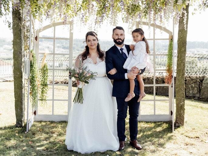 Os noivos com a filha. Casamento Mariana e Pedro