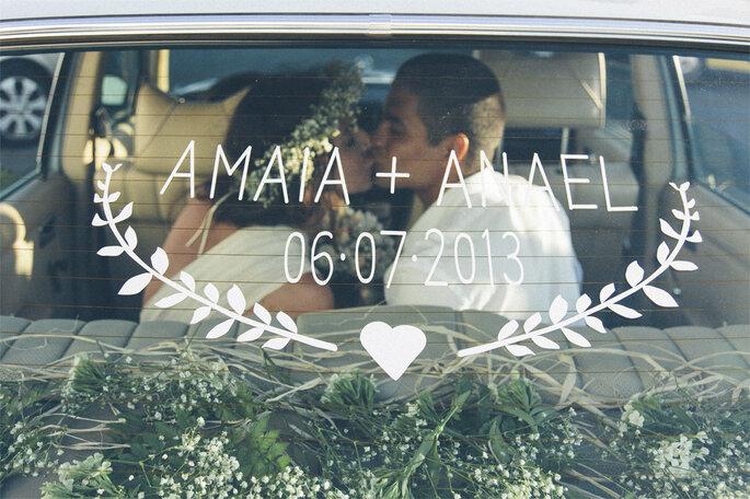 noivos em carro após casamento