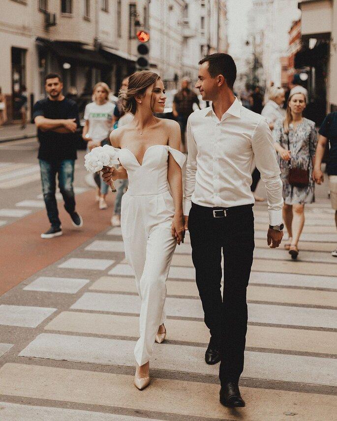 Brautpaar in Stadt laufend