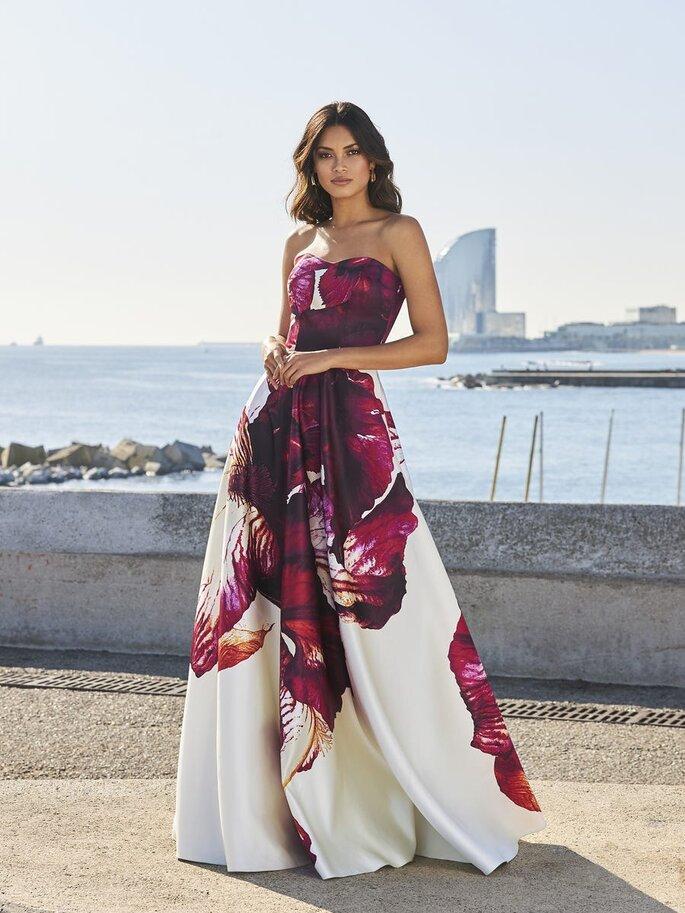 vestido de festa comprido branco com flores roxas estampadas Pronovias 2021
