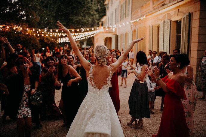 La mariée heureuse au milieu de ses invités qui l'acclament