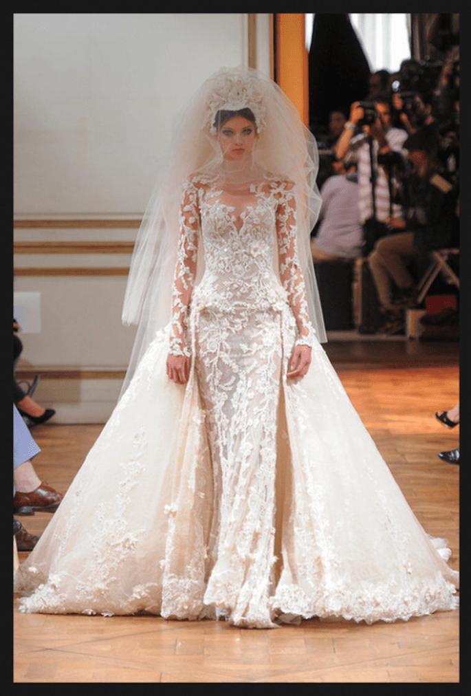 Vestido de novia alta costura en color blanco con detalles de encaje, cauda larga y velo de tul - Foto Zuhair Murad