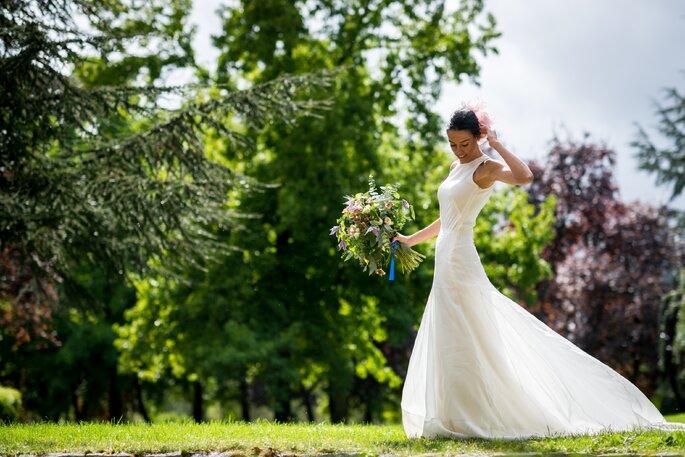 novia sujetando ramo
