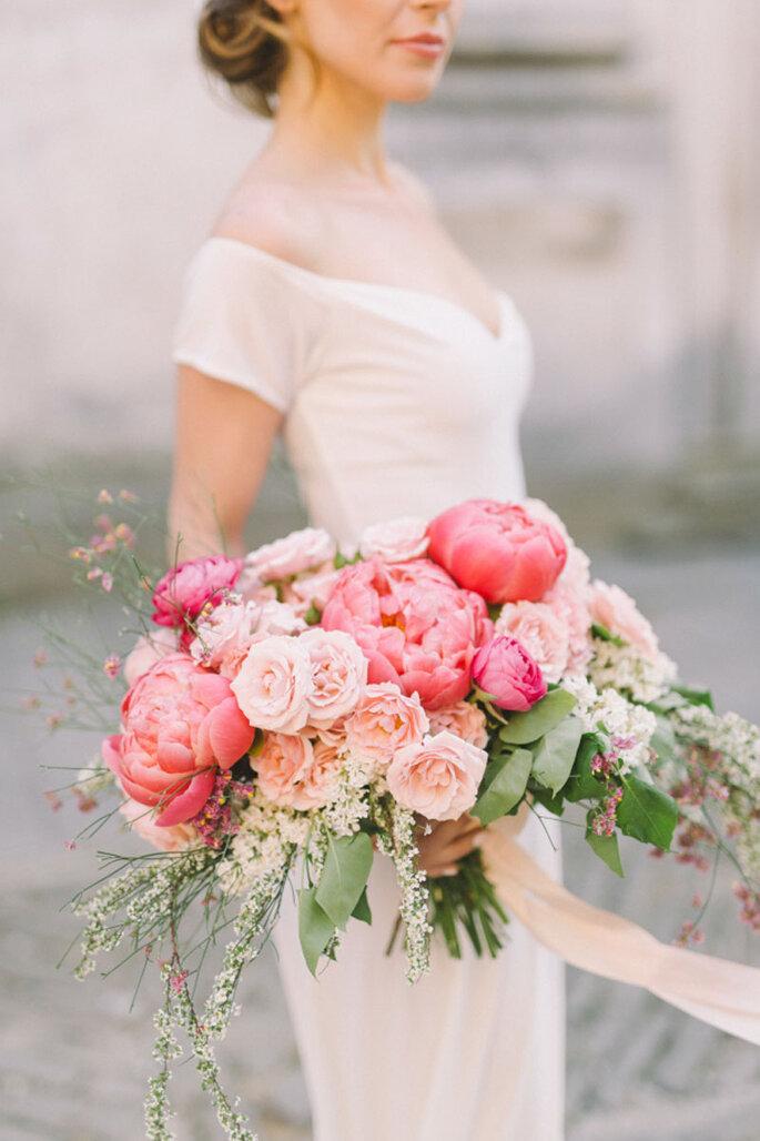Ramo en cascada en tonos rosados con variedad de rosas y follaje amplio