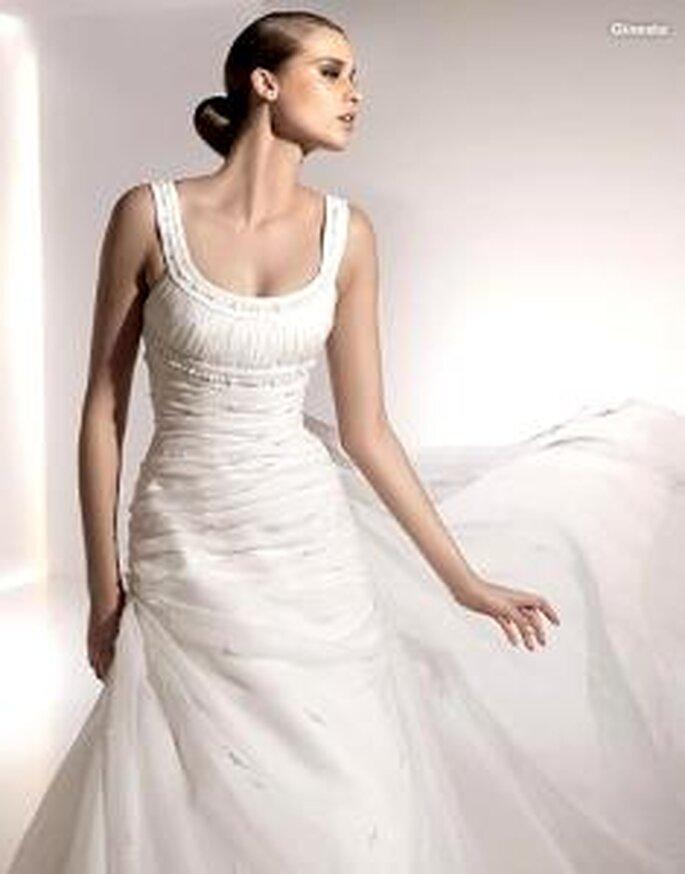 Pronovias 2010 - Ginesta, vestido largo en escote redondo, de cuerpo drapeado, tirantes y escote bordado