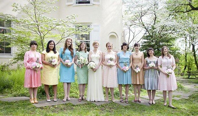 Abiti per invitate dai colori pastello. Foto: Love Me Do Photography via greenweddingshoes.com