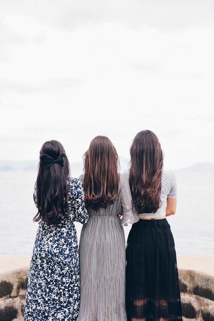 drei frauen in langen kleidern