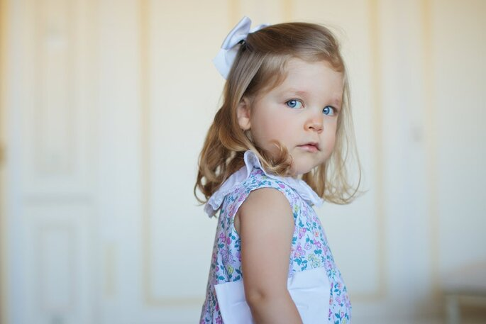 menina loura olhos azuis com vestido flores e laço na cabeça vestido festa casamento