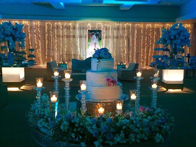Tarta de boda decorada con flores y velas