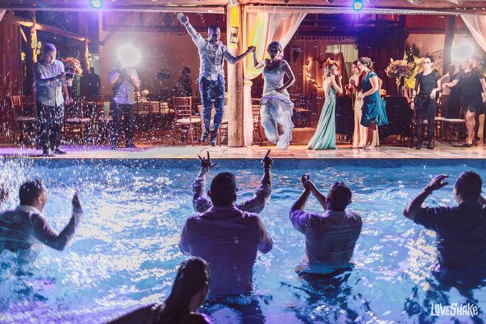 noivos na piscina