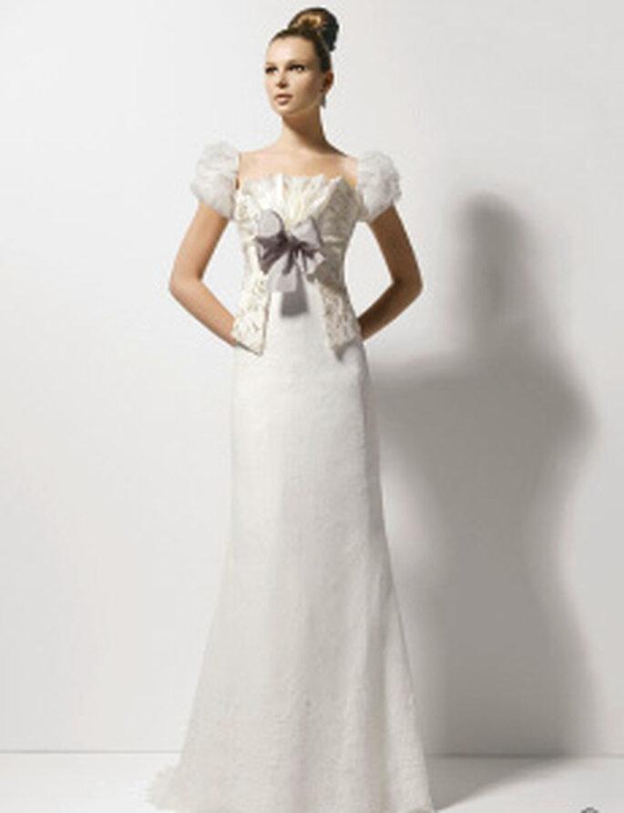 Christian Lacroix 2010 - Obsesion, robe longue en dentelle brodée de pierreries, noeud central et manches courtes