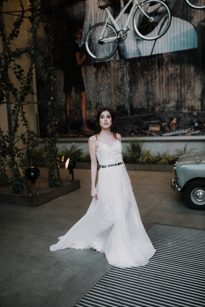 Die Braut läuft auf der Straße.