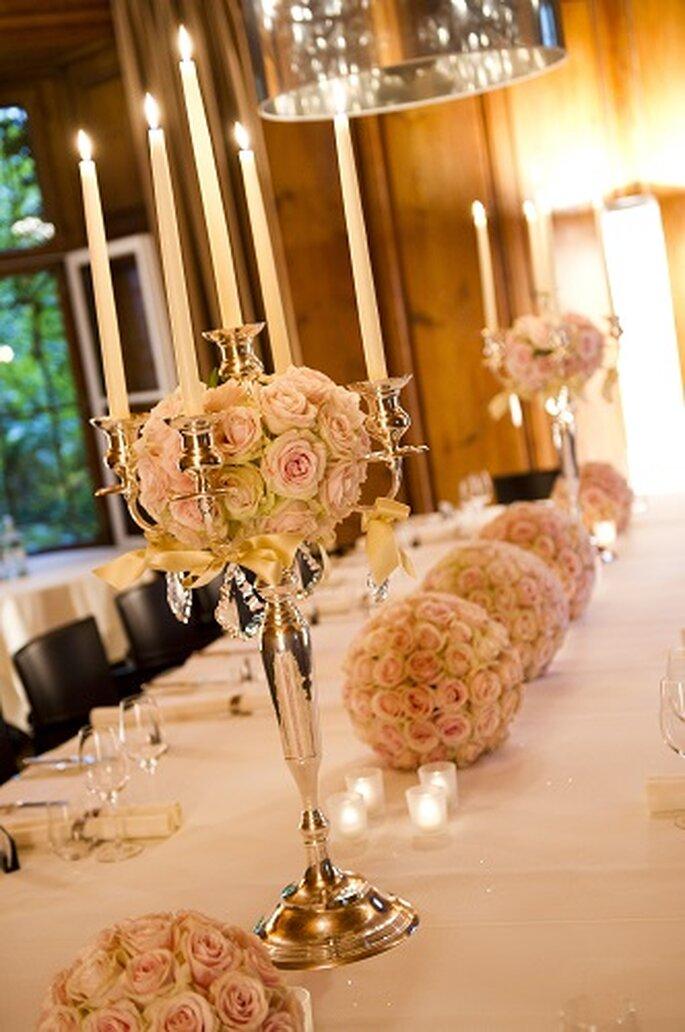 Die Hochzeitsorganisaton umfasst auch Silberleuchter, Kirchendekoration und sonstige Dekoration