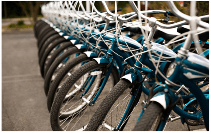 Decoración de boda con bicicletas - Foto Rachel Thurston
