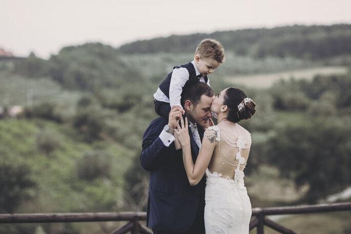 Scatto di famiglia, marito e moglie con bambino