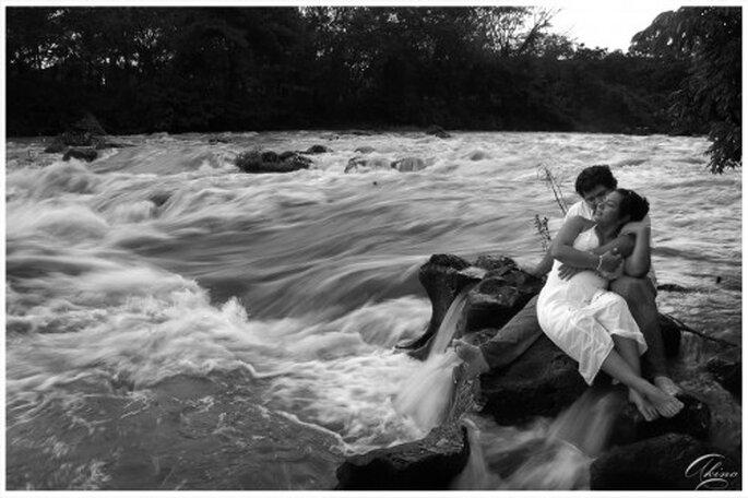 Pareja de novios en fotografia de preboda en Salto de Eyiplanta - Foto Emmanuel Aquino