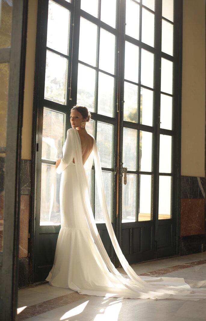 Vestido de novia con corte recto y cola, con capas de tul