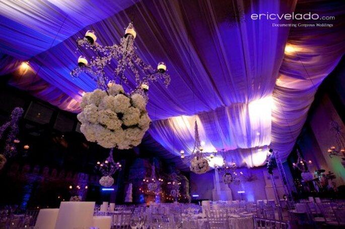 Boda Glamorosa con candelabros y flores blancas