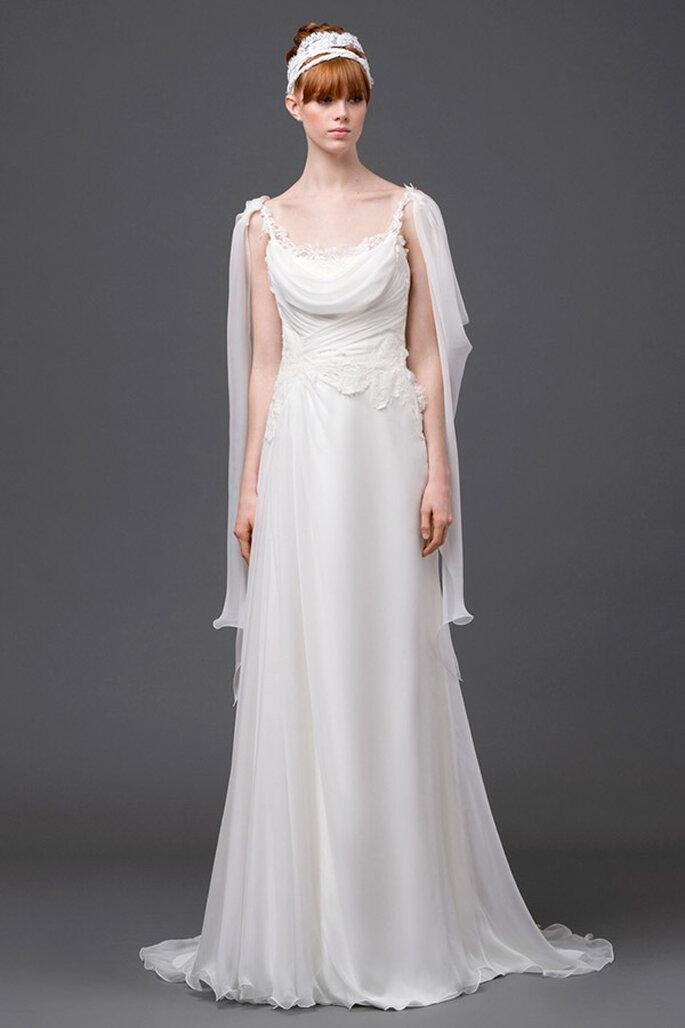 Vestido de novia 2015 de corte fluido en color blanco, discretos detalles de encaje, escote cascada y plisados en la cintura - Foto Alberta Ferretti