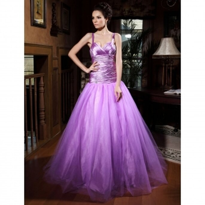Un furioso tono de lila, con parte superior en tela con brillo e importante falda: toda seducción y deseo para deslumbrar a tu flamante esposo