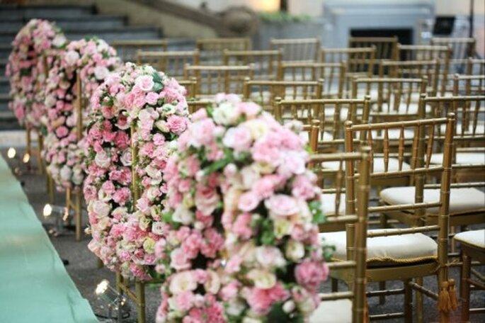 Arreglos florales para las sillas. Foto de Boutique de 3