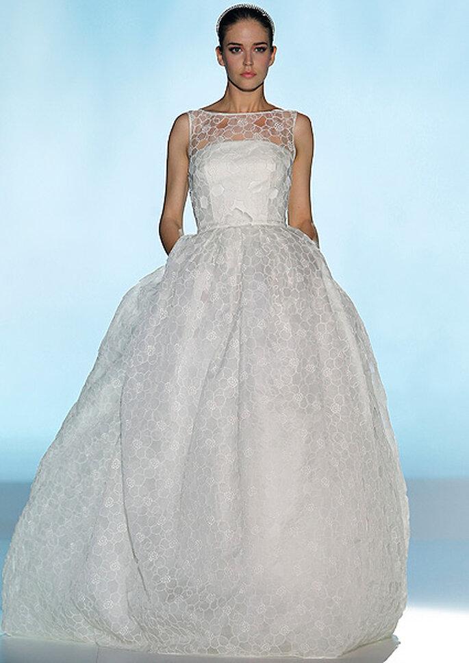 Vestido de novia estilo princesa con escote ilusión de Rosa Clará 2013. Foto: Barcelona Bridal Week