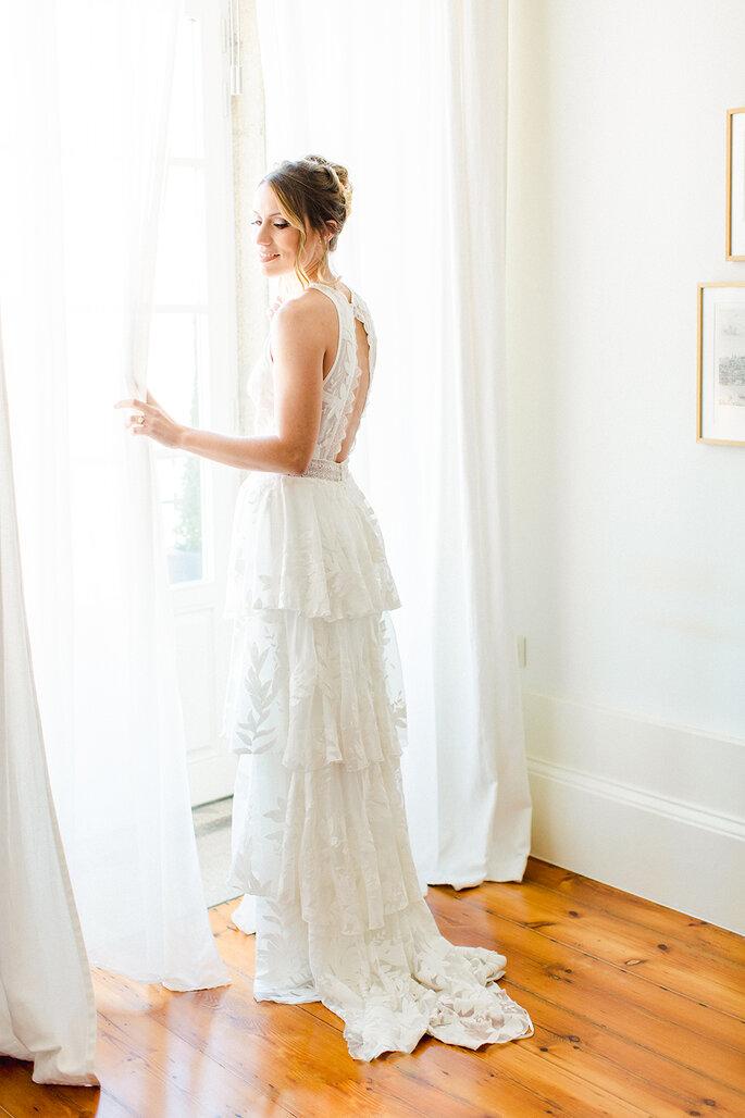 noiva à janela vestido de noiva com folhos abertura costas estilo boho